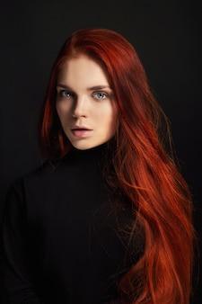 Garota ruiva linda sexy com cabelos longos