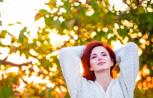 Garota ruiva no casaco de lã estilo branco