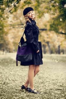 Garota ruiva no parque outono.