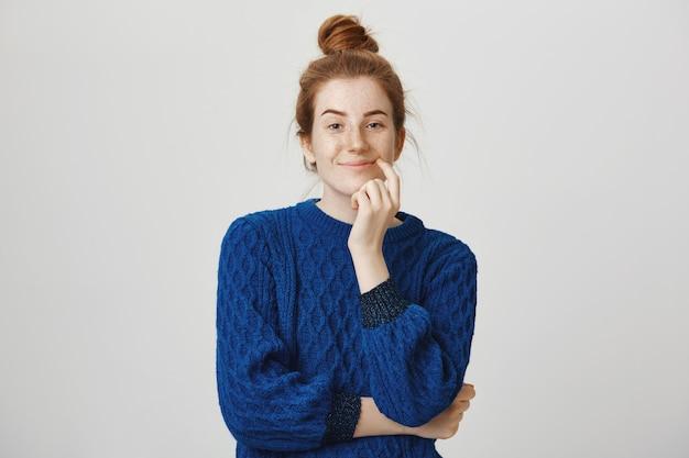 Garota ruiva satisfeita pensando, fazendo a escolha certa