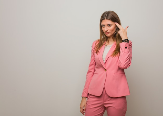 Garota russa de negócios jovem, fazendo um gesto de suicídio