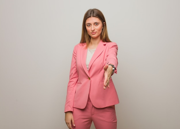 Garota russa jovem negócios, chegando a cumprimentar alguém
