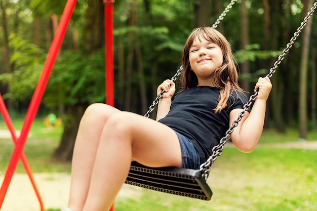 Garota se divertindo no balanço