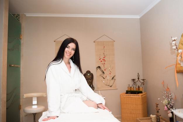 Garota se preparando para o tratamento de beleza no spa