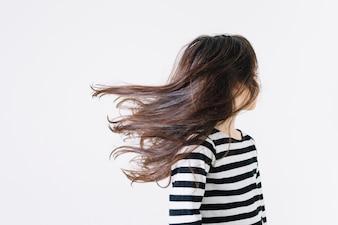 Garota sem rosto, sacudindo o cabelo