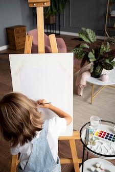 Garota sendo criativa em casa de perto