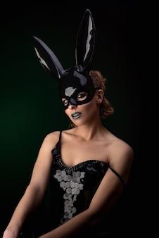 Garota sexy em uma máscara de coelho preto