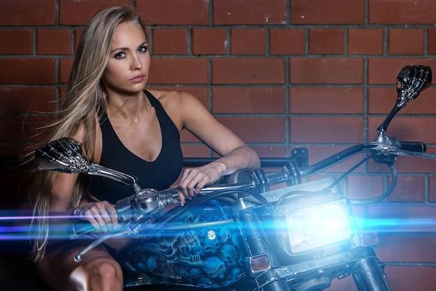 Garota sexy em uma moto