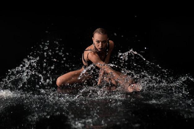 Garota sexy espirra na água