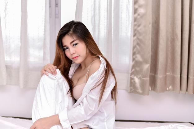 Garota sexy está jogando no quarto.