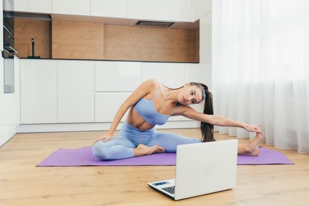 Garota sexy fazendo exercícios em casa online