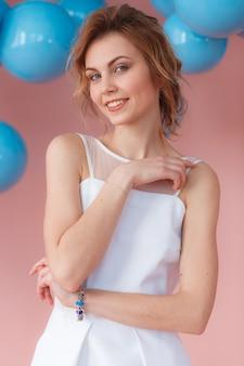 Garota sexy jovem sorrindo no retrato de vestido branco