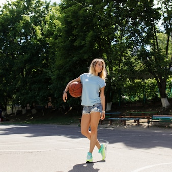 Garota sexy na quadra de basquete