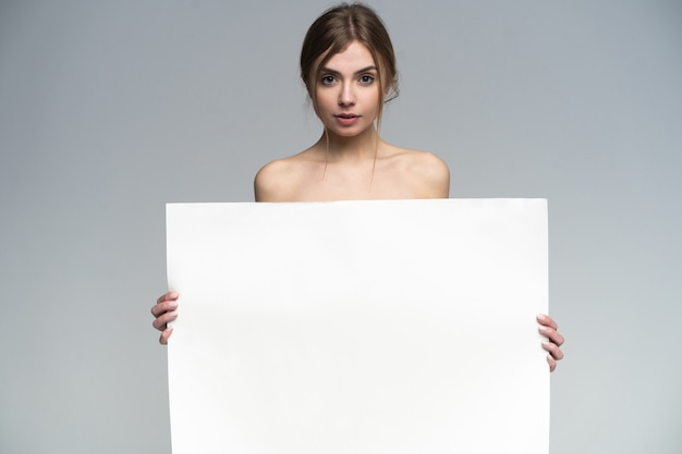 Garota sexy nua com um pôster