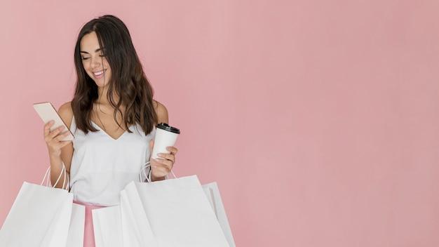 Garota simpática com muitas redes de compras