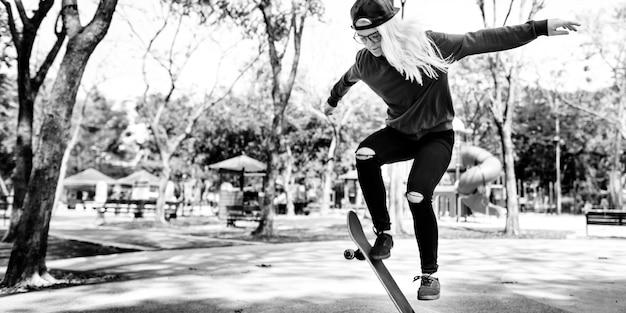 Garota skatista na cidade