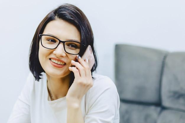 Garota sorridente atraente fala por telefone