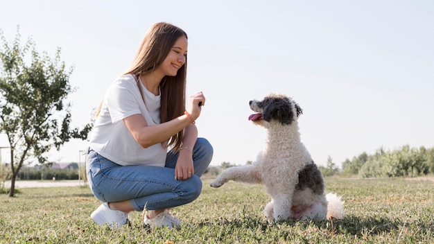 Garota sorridente com cachorro fofo