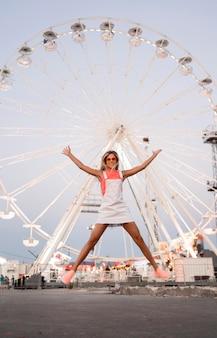 Garota sorridente de tiro completo pulando