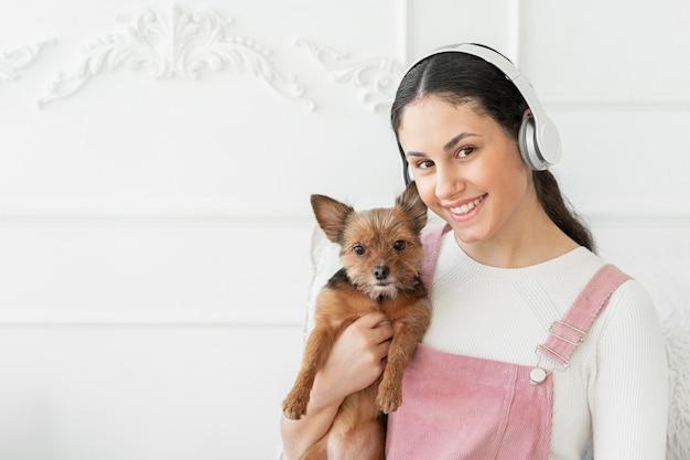 Garota sorridente de tiro médio com cachorro