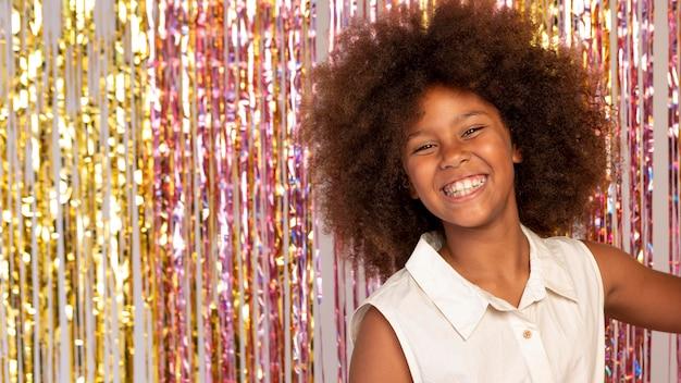 Garota sorridente de tiro médio na festa
