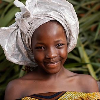 Garota sorridente em close-up posando com folhas