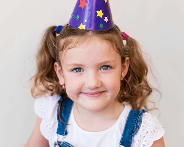 Garota sorridente em close-up posando