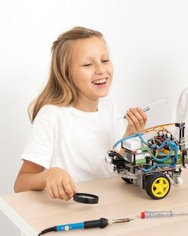 Garota sorridente fazendo experimentos científicos