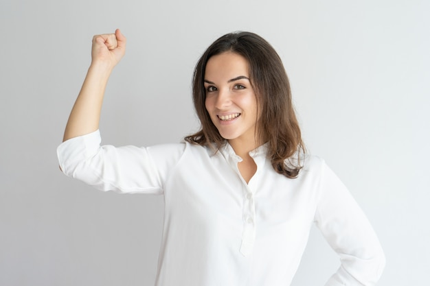 Garota sorridente feliz comemorando o sucesso.