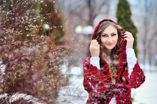 Garota sorridente feliz no inverno