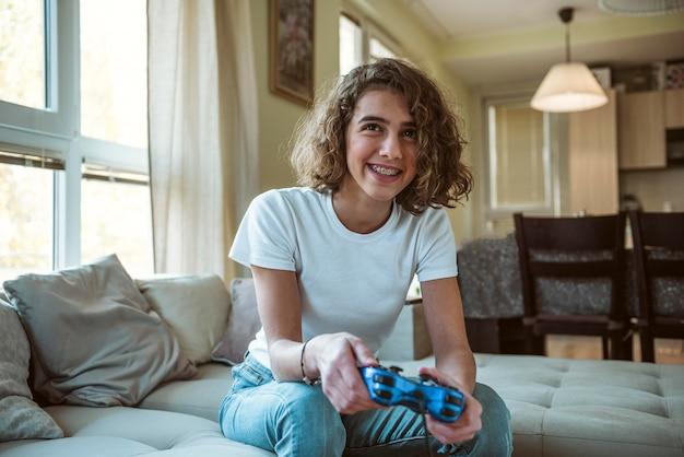 Garota sorridente jogando videogame