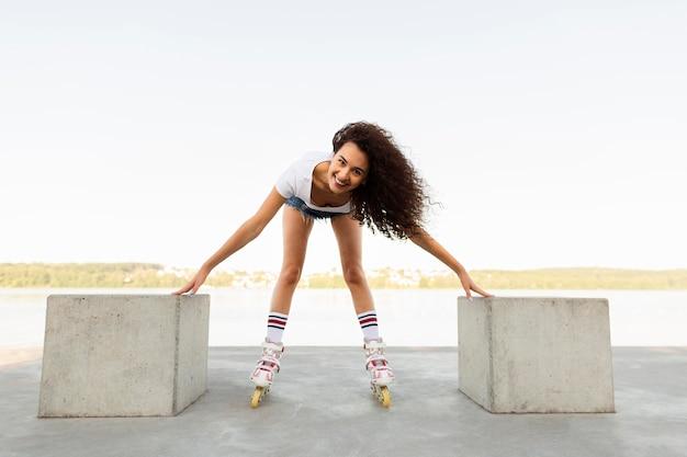 Garota sorridente se divertindo com seus patins