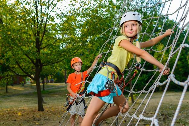 Garota subindo na corda no playground