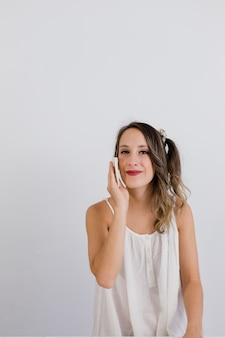 Garota tira a maquiagem com uma almofada de pano