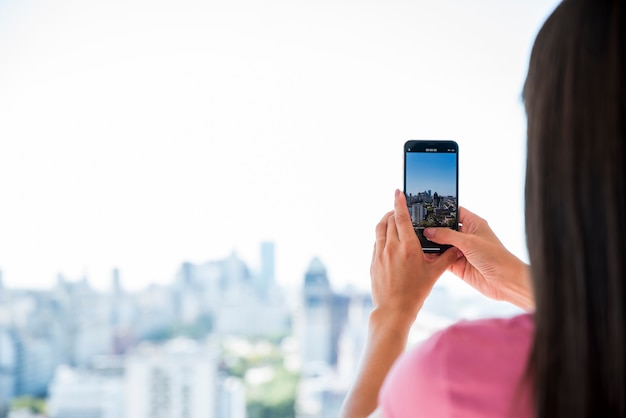 Garota tirando foto da paisagem