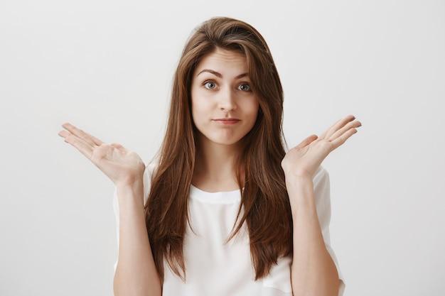 Garota tola sem noção não sabe, dando de ombros e levantando as mãos sem perceber