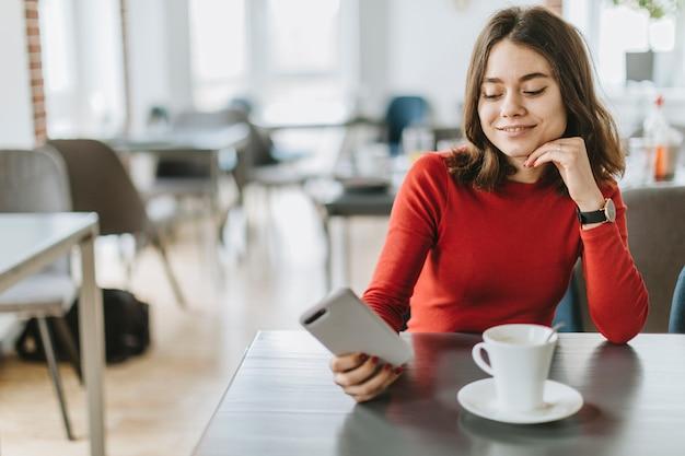 Garota tomando café em um restaurante