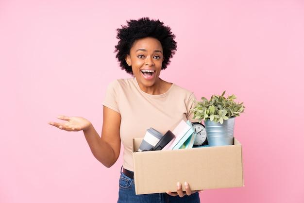 Garota tomando uma caixa cheia de coisas fazendo um movimento