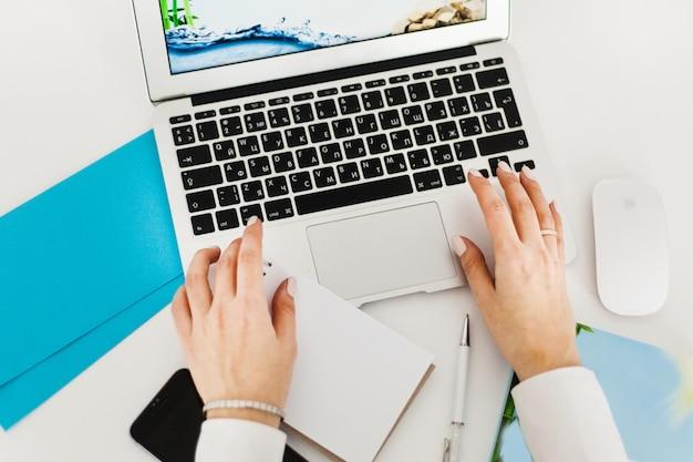 Garota trabalhando no computador, usando o computador para trabalho, blogs, lazer e entretenimento