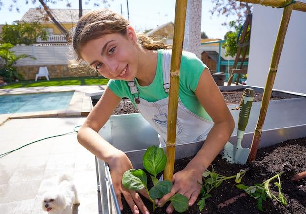 Garota trabalhando no pomar levantou jardim cama