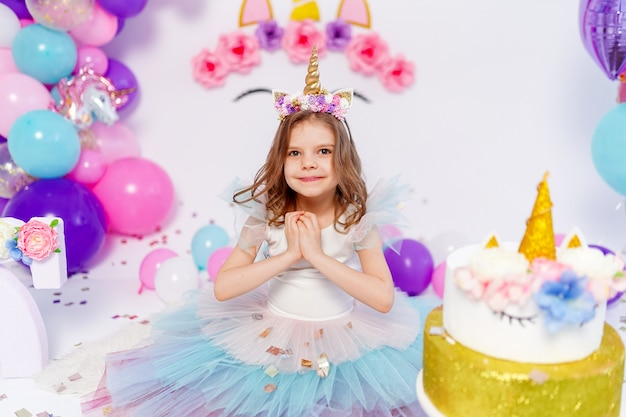 Garota unicórnio lança ideia de confete para decorar o estilo unicórnio