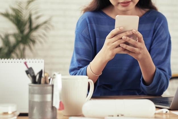 Garota usando aplicativo móvel
