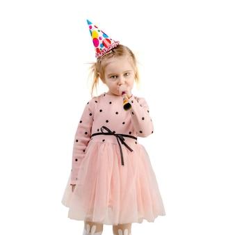 Garota usando boné de aniversário, isolado no fundo branco
