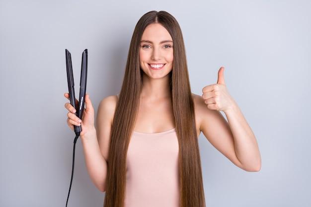 Garota usando chapinha mostrando conselhos com o polegar