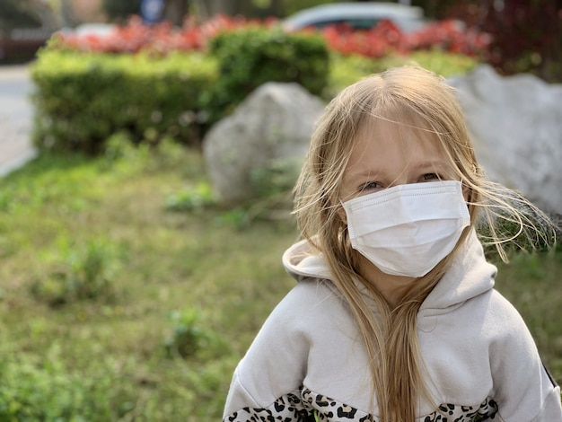 Garota usando máscara durante pandemia de coronavírus