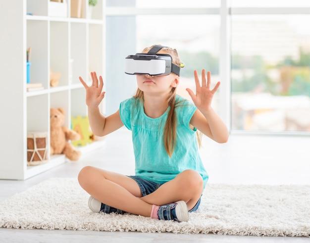 Garota usando óculos de realidade virtual