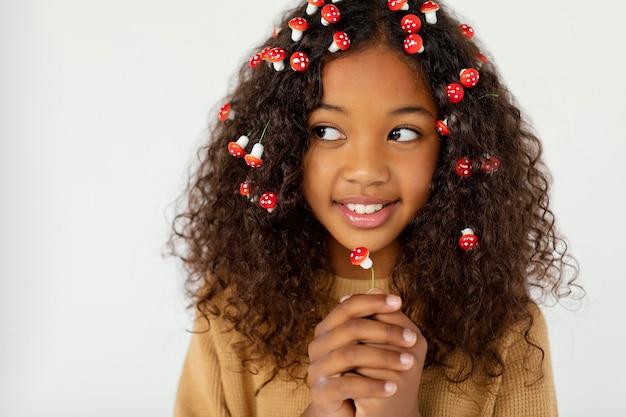 Garota usando pequenos cogumelos no cabelo