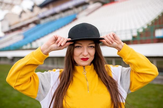 Garota usando um boné em um estádio vazio para qualquer propósito