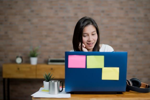 Garota usar laptop para trabalho, escritório em casa, ficar em casa
