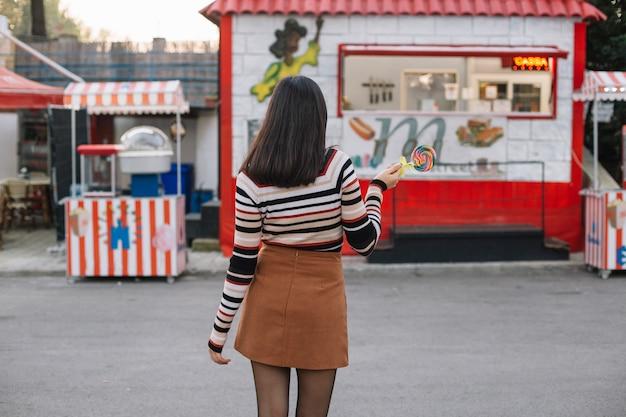 Garota vai para um caminhão de comida